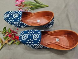 Navy blue printed mojari